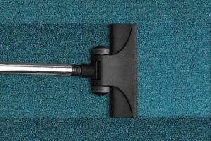 איך מנקים את הבית והשטיחים בתקציב נמוך