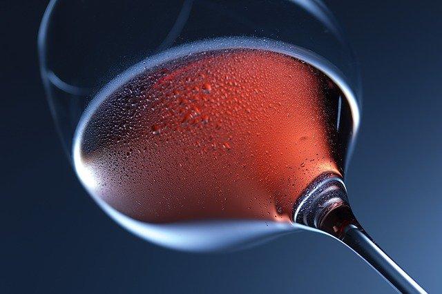 איך לשתות יין אדום (ולחוות אותו באמת)